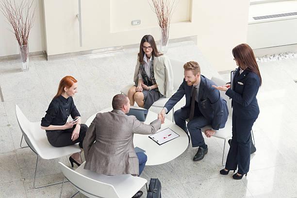 Geschäftsleute sprechen und schütteln Hände, die Aufnahme von oben – Foto