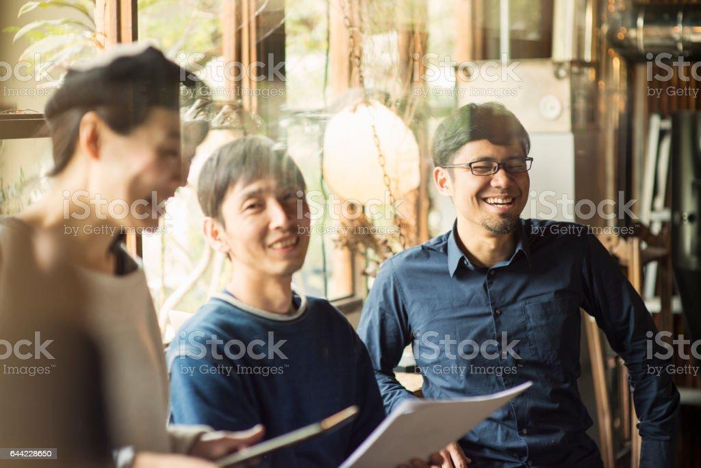 、ビジネスで話している会議のカフェ ストックフォト