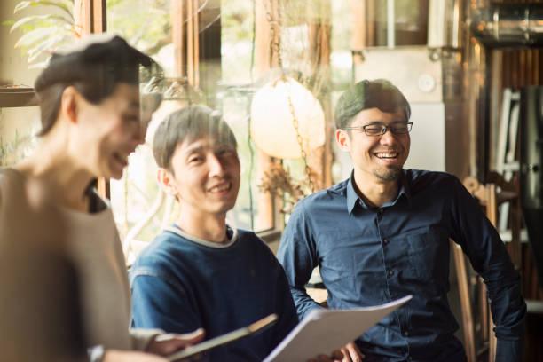、ビジネスで話している会議のカフェ - 談笑する ストックフォトと画像