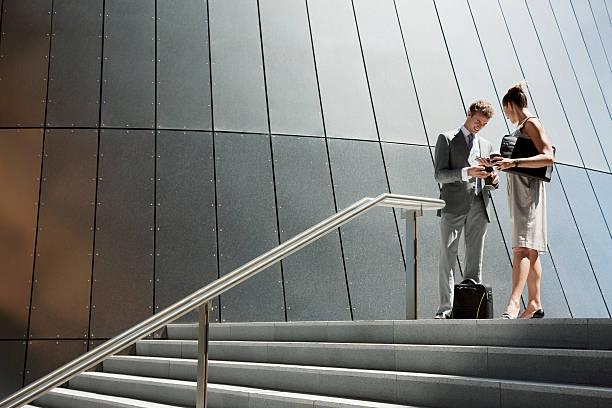 geschäftsleute sprechen im freien am oberen ende der treppe - treppe außen stock-fotos und bilder