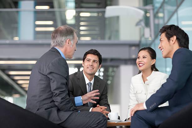 Geschäftsleute sprechen im Meetingraum – Foto