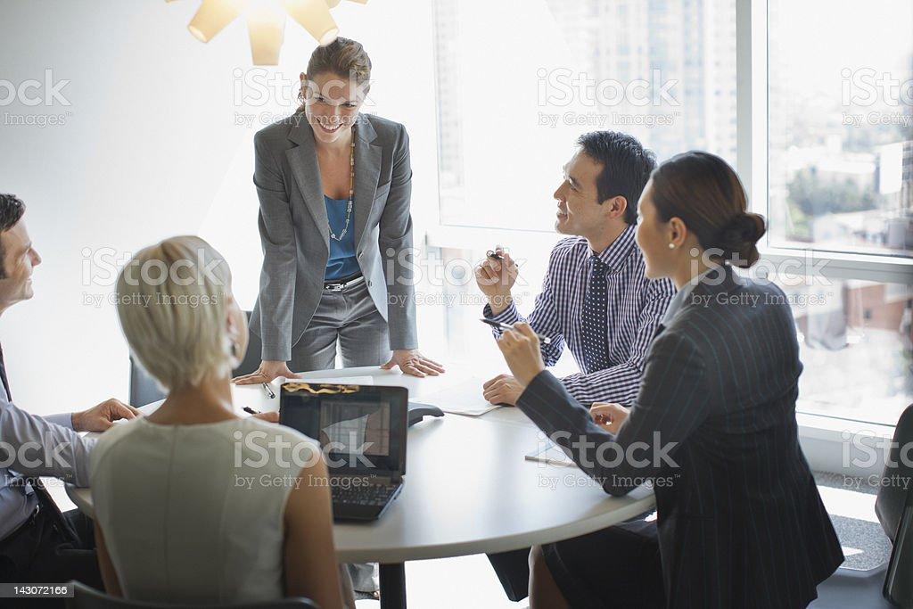 Empresarios hablando en la sala de reuniones - foto de stock