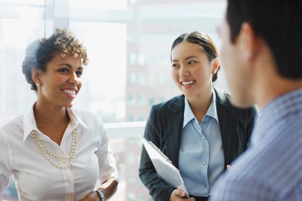 ludzie biznesu mówić w biurze - selektywna głębia ostrości zdjęcia i obrazy z banku zdjęć