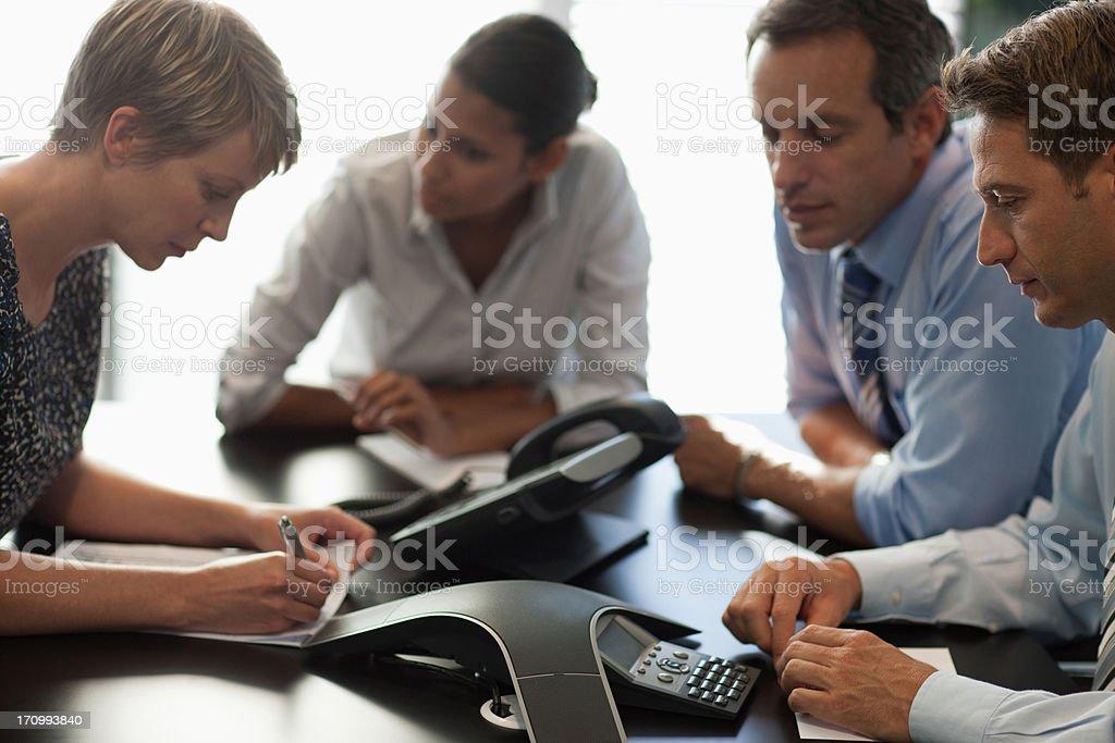 Geschäftsleute sprechen auf Telefonkonferenz – Foto