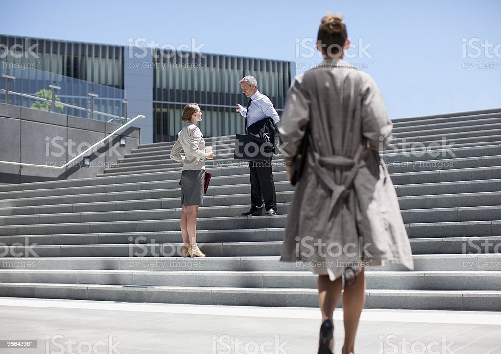 Business people talking on steps outdoors royalty free stockfoto