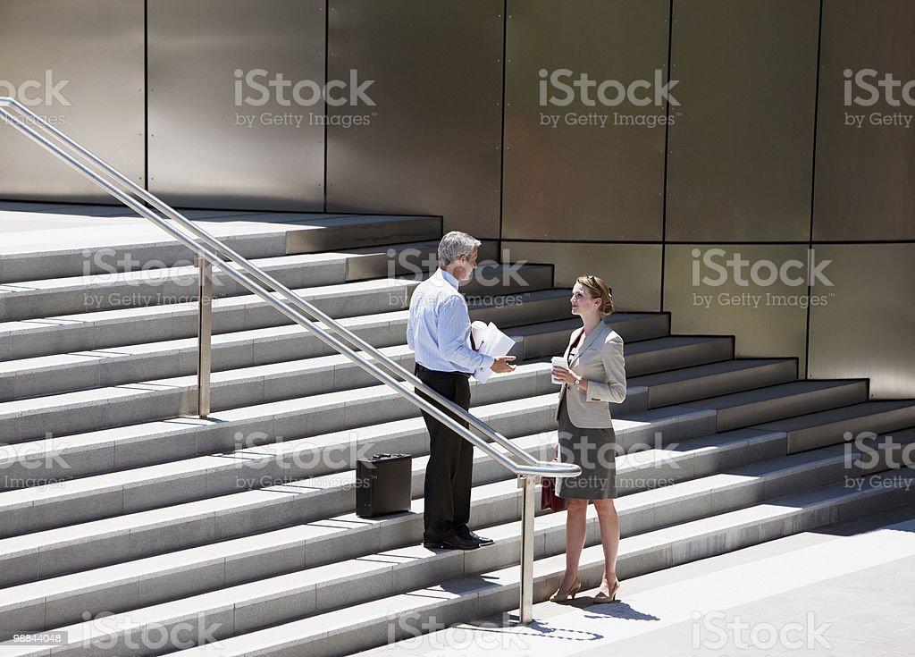 Personas de negocios hablando sobre escalones al aire libre foto de stock libre de derechos