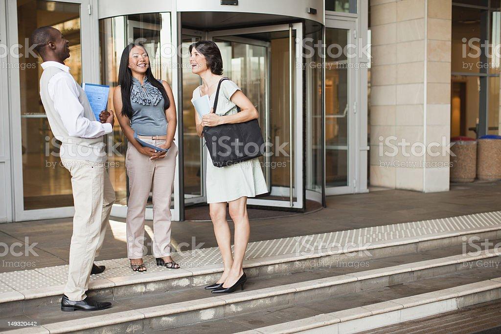 Pessoas de negócios, falando em etapas - foto de acervo