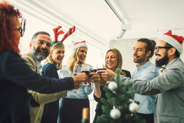 職場で赤ワインと乾杯ビジネス人々 - 社内パーティ ストックフォトと画像