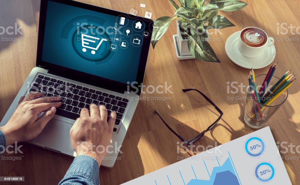 Gente de negocios utiliza tecnología E-commerce Internet Marketing compra Plan Global y Banco concepto - foto de stock