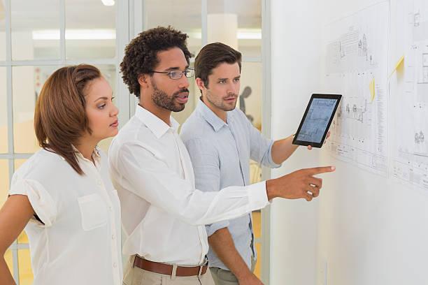 geschäftsleute mit digitalen tablet in treffen im büro - tageslichtbeamer stock-fotos und bilder