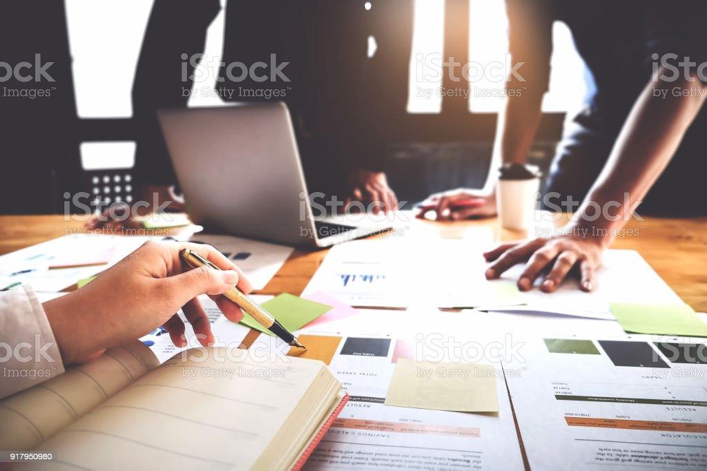 Geschäftsleute, die mit Stift, planen Laptop-Computer und Notebook einen marketing-Plan zur Verbesserung der Qualität ihres Umsatzes in die Zukunft. – Foto