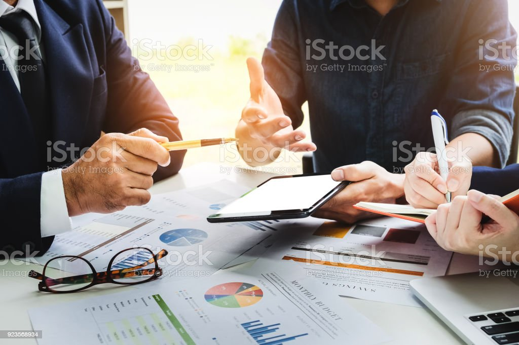 Geschäftsleute, die mit Stift, Tablet, Notebook planen einen marketing-Plan zur Verbesserung der Qualität ihres Umsatzes in die Zukunft. – Foto