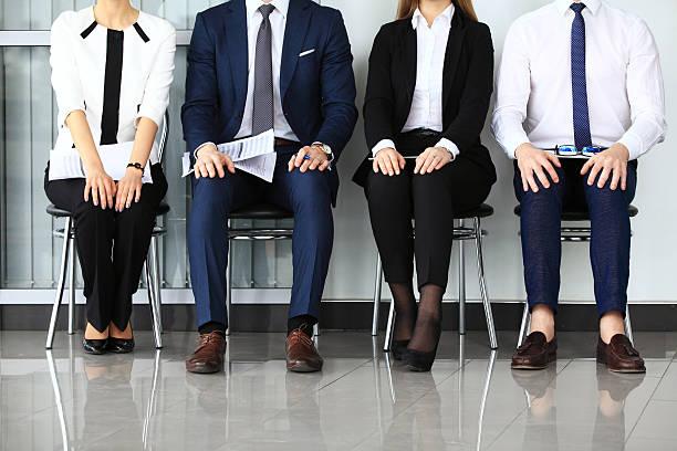 geschäftsleute warten auf job-interview. - outfit vorstellungsgespräch stock-fotos und bilder