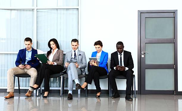 geschäftsleute warten auf job-interview - outfit vorstellungsgespräch stock-fotos und bilder