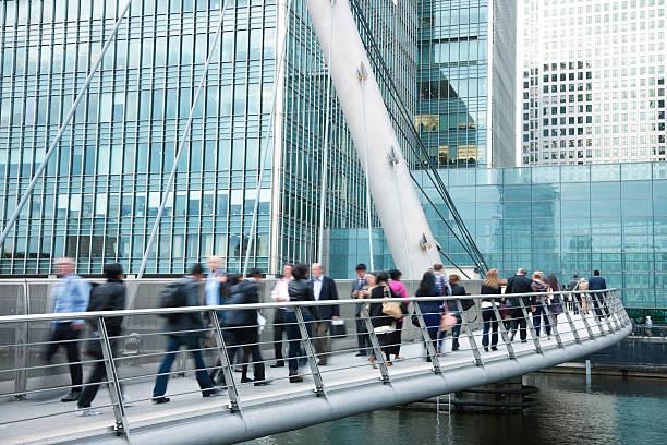 gens d'affaires marchant sur le pont dans le quartier des finances de londres, royaume-uni - passerelle pont photos et images de collection
