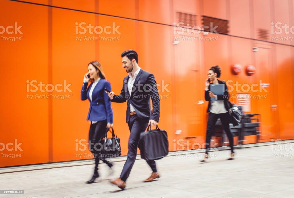 Geschäftsleute gehen, Bewegungsunschärfe – Foto