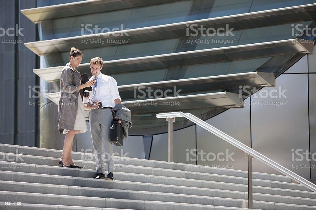 Деловой человек ходить вниз шаги на открытом воздухе Стоковые фото Стоковая фотография