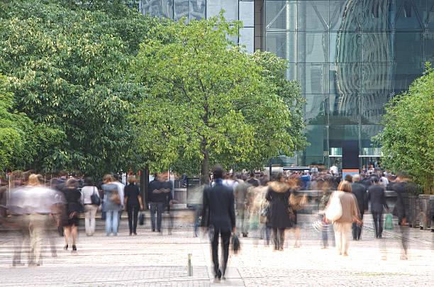 ビジネスの人々徒歩では、金融街、アクションショット - 緑 ビル ストックフォトと画像