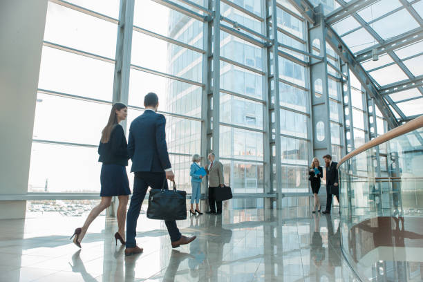 pessoas de negócios, andar no edifício de vidro - arranha céu - fotografias e filmes do acervo