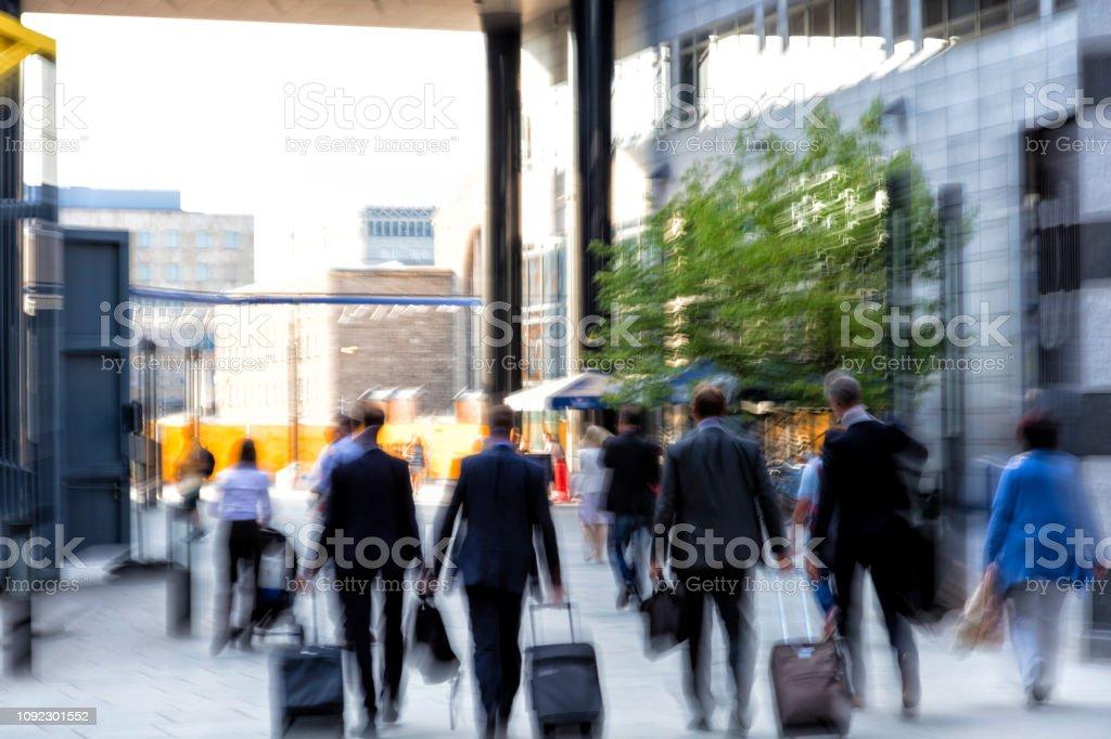 Geschäftsleute, die zu Fuß in modernen Bankenviertel – Foto