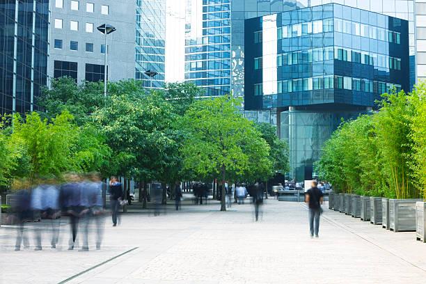 negócios pessoas a caminhar na moderna distrito financeiro - green city imagens e fotografias de stock
