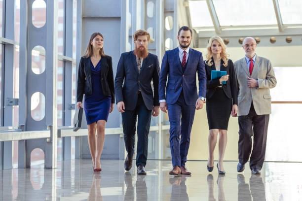 Geschäftsleute, die den Flur laufen – Foto