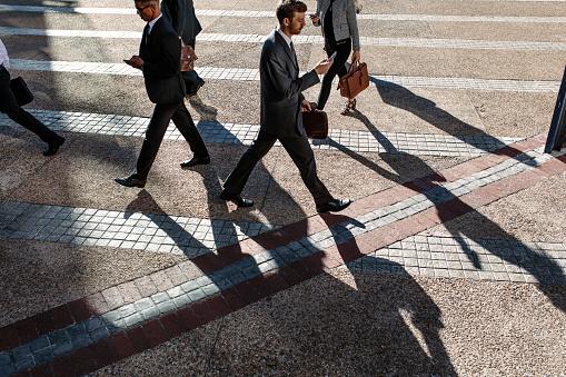 にぎやかな通りの朝オフィスに歩くビジネスマン - オフィスのストックフォトや画像を多数ご用意