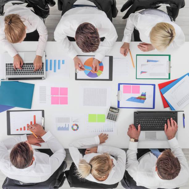 Geschäftsleute arbeiten mit Statistiken – Foto