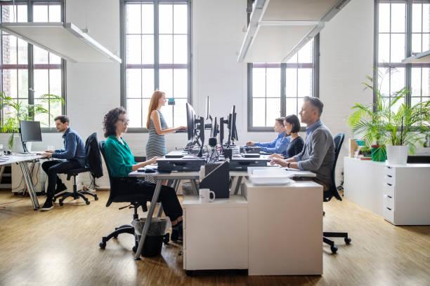 現代のオフィスで働くビジネスマン - オフィス ストックフォトと画像