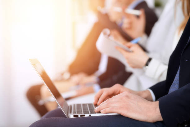 Geschäftsleute, die bei Meeting oder Konferenz arbeiten, hautnah Hände. Gruppe unbekannter Geschäftsleute und-frauen in modernen weißen Büros. Teamwork oder Coaching-Konzept – Foto
