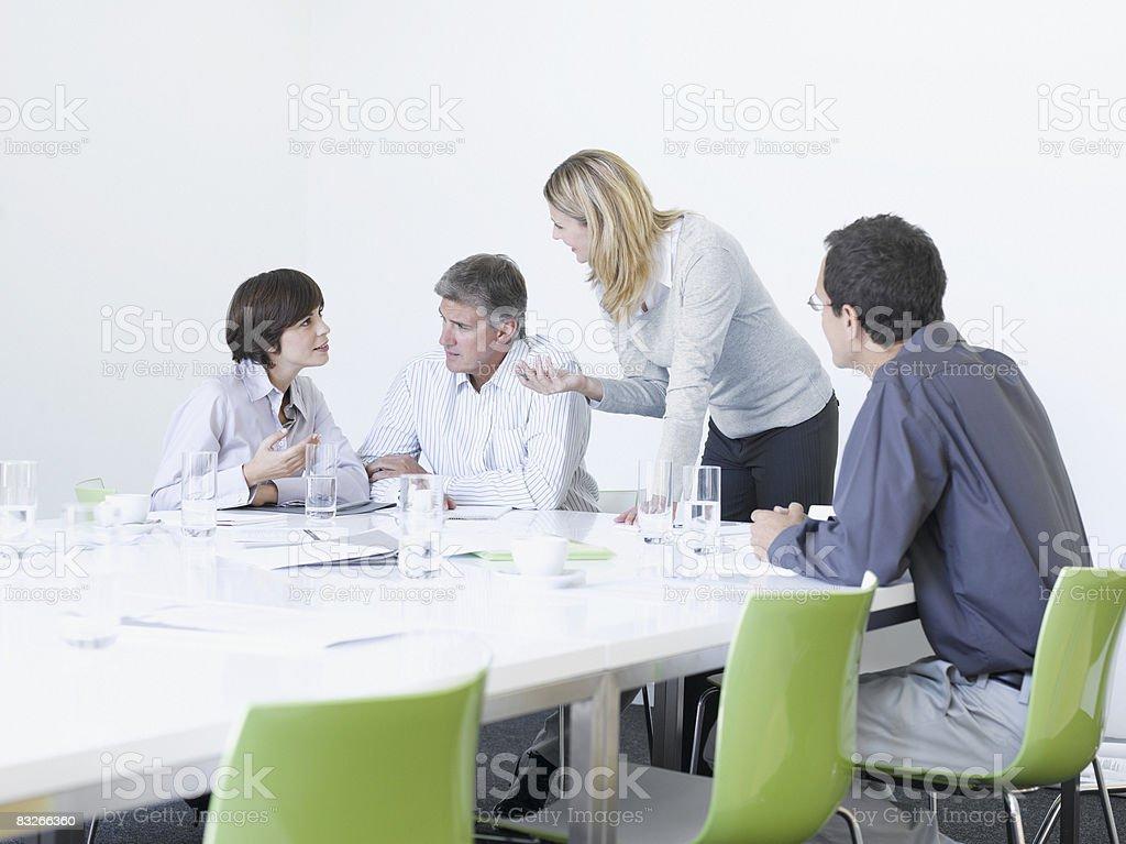Działalności osób pracujących w sali konferencyjnej zbiór zdjęć royalty-free