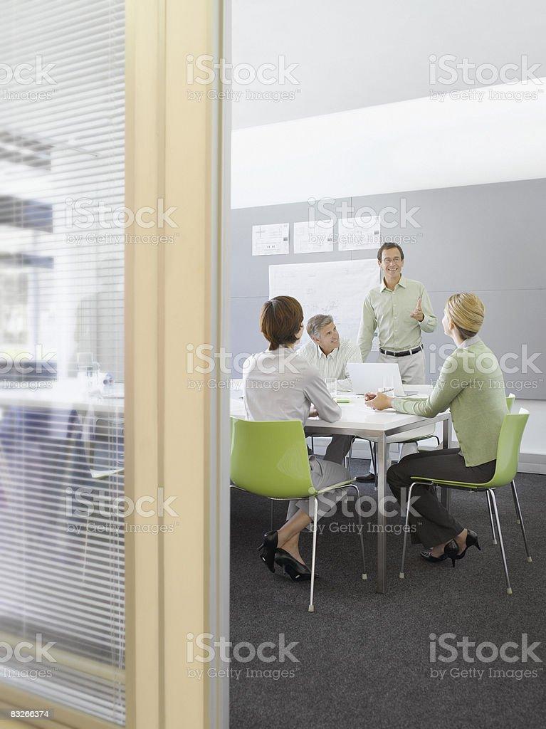 Femmes d'affaires travaillant dans la salle de conférence photo libre de droits