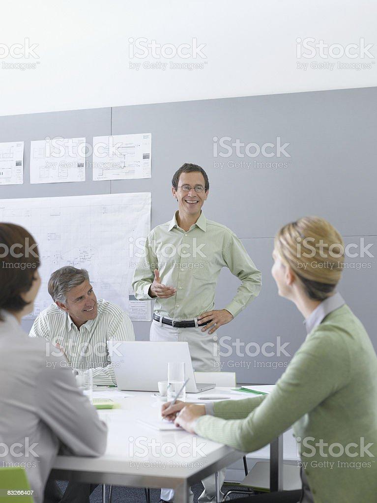 Uomini d'affari al lavoro in sala conferenze foto stock royalty-free