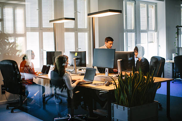 Gens d'affaires travaillant dans le bureau moderne - Photo