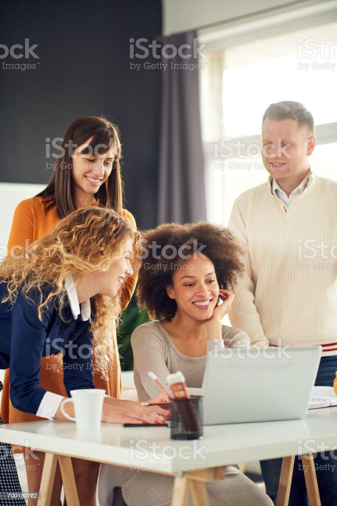Geschäftsleute bei der Arbeit in modernen Büro – Foto