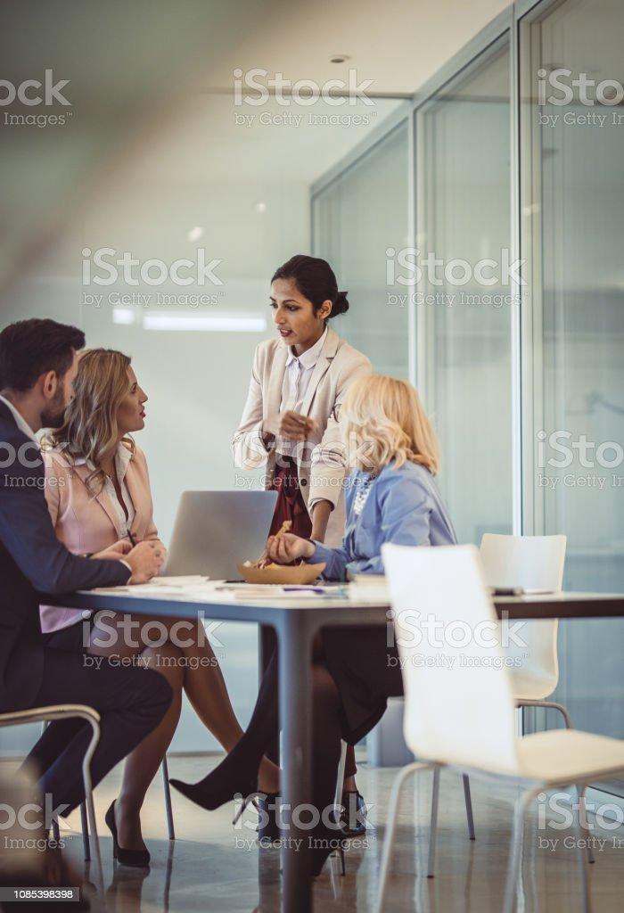 Geschäftsleute, die im Büro arbeiten – Foto