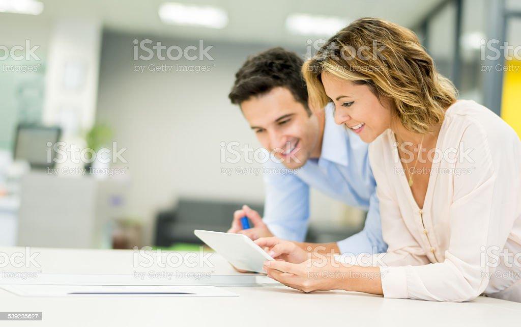 Gente de negocios trabajando en un ordenador foto de stock libre de derechos