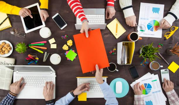 Geschäftsleute, die an einem Schreibtisch arbeiten – Foto