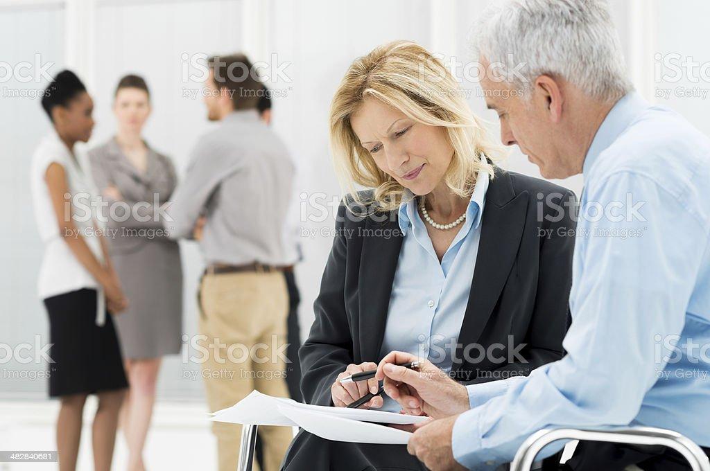 Gens d'affaires travaillant sur des Documents - Photo