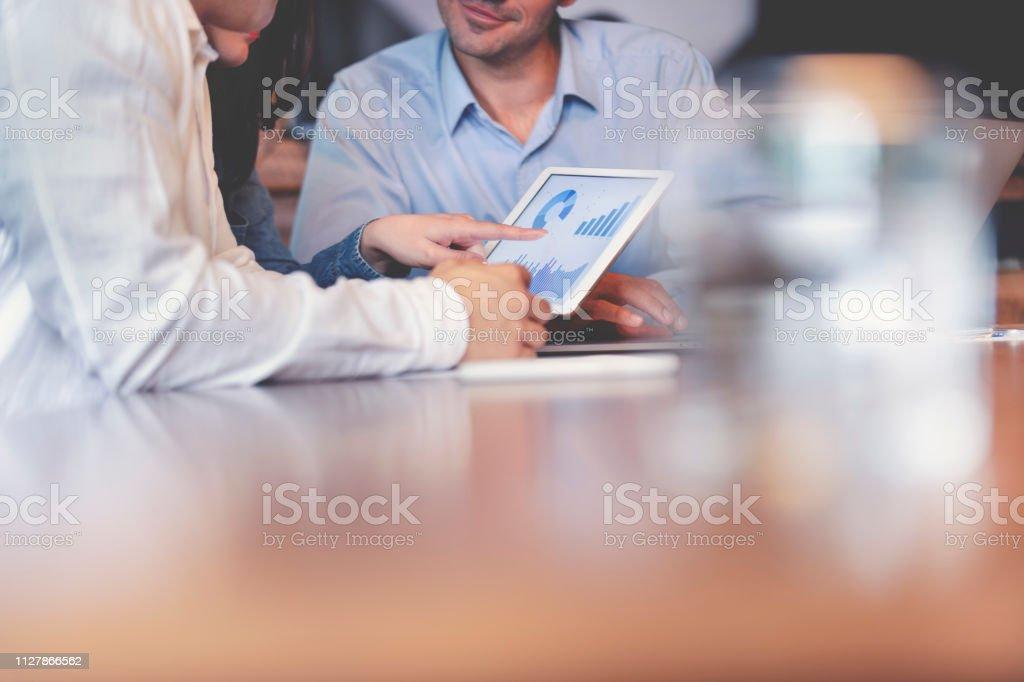 デジタル タブレットの財務データに働くビジネスマン。 - 3人のロイヤリティフリーストックフォト