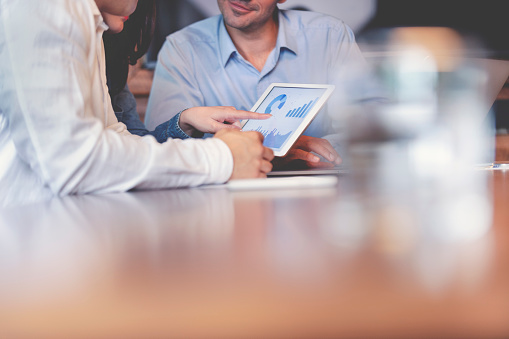 デジタル タブレットの財務データに働くビジネスマン - 3人のストックフォトや画像を多数ご用意