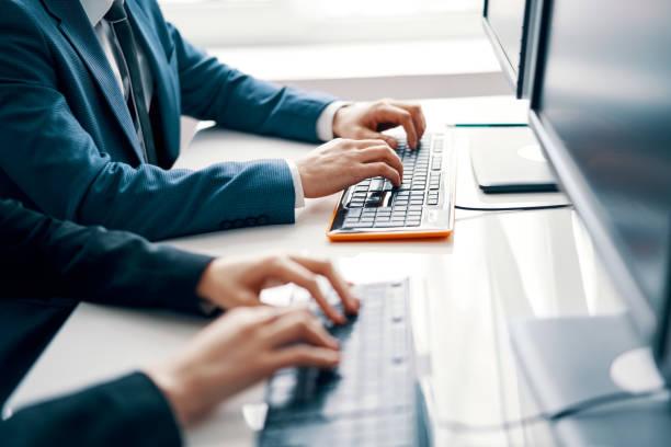ラップトップで作業するビジネスマン - コンピュータキーボード ストックフォトと画像