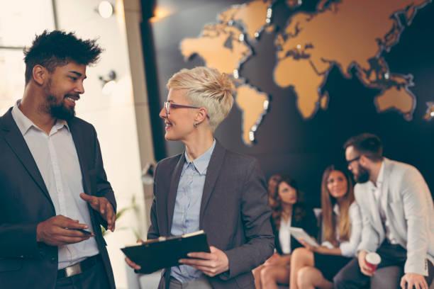 business people arbeiten - internationale geschäftswelt stock-fotos und bilder