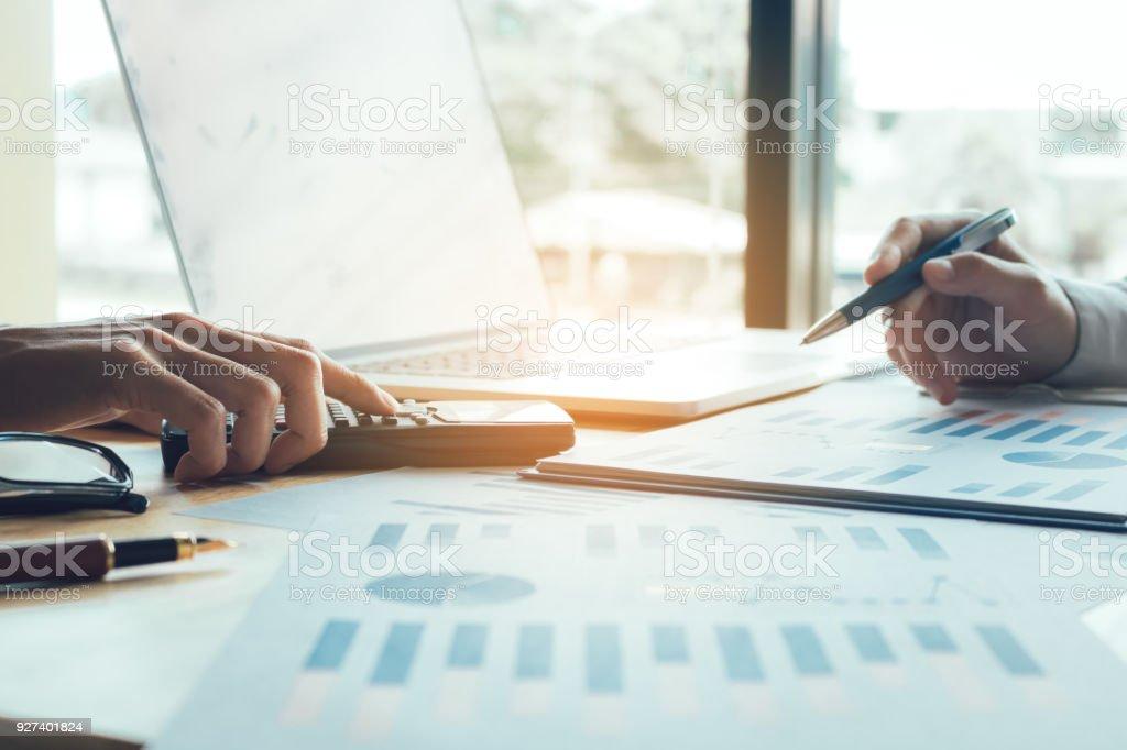 Geschäftsleute, die zusammenarbeiten und Analyse zusammenfassender Bericht Tabelle auf Tisch im Büro. – Foto