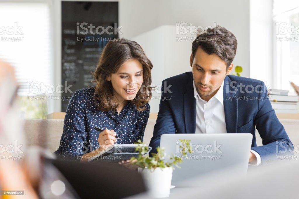 Geschäftsleute, die gemeinsam im Café Lizenzfreies stock-foto
