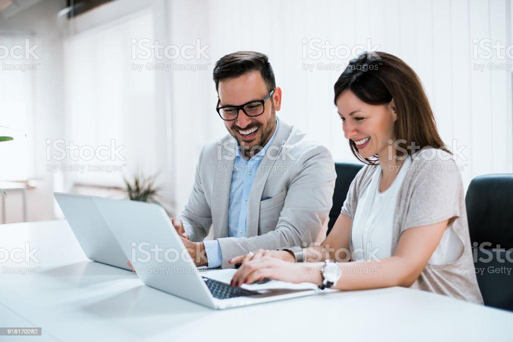 Geschäftsleute, die gemeinsam in hellen Büro, am Schreibtisch sitzen. – Foto