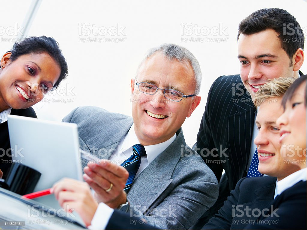 Geschäftsleute arbeiten zusammen im Büro Lizenzfreies stock-foto