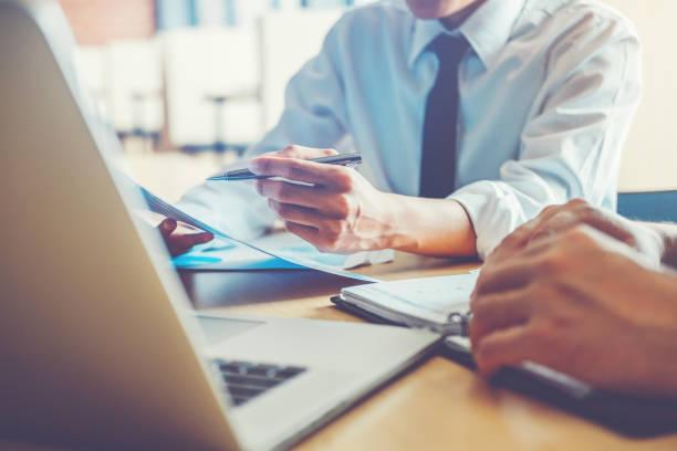 geschäftsleute, die gemeinsam an laptop treffen mit technologie - kündigung arbeitsvertrag stock-fotos und bilder