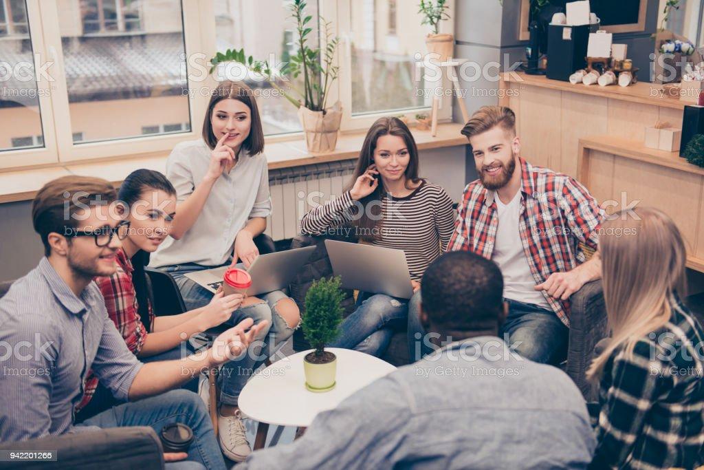 Gente de negocios trabajando mientras se discuten estrategia de trabajo - foto de stock