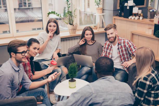 gente de negocios trabajando mientras se discuten estrategia de trabajo - reunión evento social fotografías e imágenes de stock